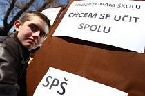 Zasedání zastupitelů Libereckého kraje si nenechala ujít řada studentů středních škol, kterých se plánovaná optimalizace týká. Vedení kraje omezilo přístup do jednacího sálu zastupitelstva, a proto studenti poslouchali jednání na parkovišti z amplionů.