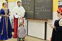 Na turnovských základních školách pasovali prvňáčky na čtenáře