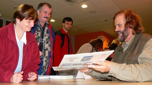 Dobrodruh Leoš Šimánek zaujal své posluchače v jabloneckém Eurocentru. Mnozí si po skončení jeho vyprávění přišli pro autogram.