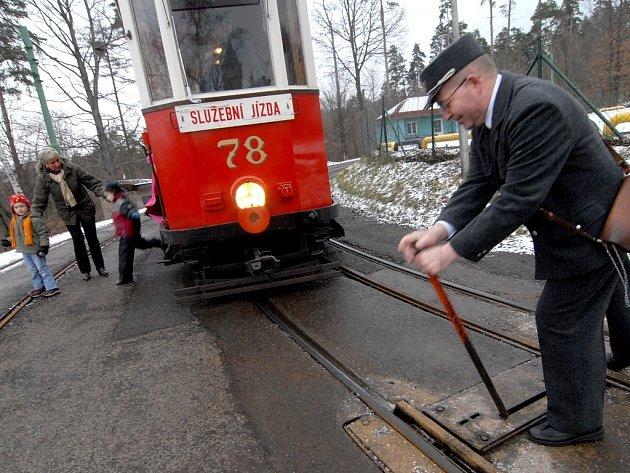 Jízdy historickou tramvají, která je v péči členů Boveraclubu, nostalgicky připomínají konec cinkajících vozů před 35 lety.