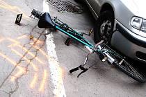 Srážka cyklisty s osobním automobilem. Ilustrační snímek.