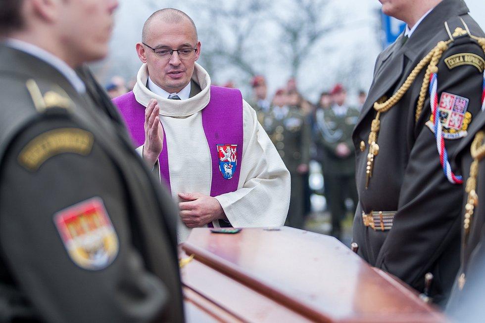Pohřeb českého válečného veterána Jaroslava Mevalda, který zemřel 10. listopadu ve věku 39 let, proběhl 22. listopadu v kostele sv. Františka z Pauly v Albrechticích v Jizerských horách. Na snímku je Petr Šabaka, vojenský kaplan 31. pluku radiační, chemic