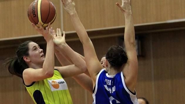 Basketbalistky Bižuterie Jablonec sice s Plzní (v modrém) prohrály, ale i tak zachránily druholigovou příslušnost.