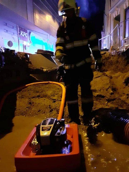Hasiči před půlnocí ve středu 14. července vyjeli k zatopenému víceúčelovému objektu v centru Jablonce. Nejprve museli zastavit průsak dovnitř z blízkého výkopu.
