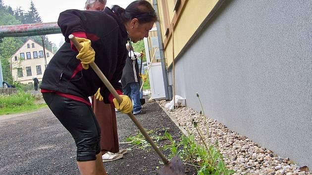 Klienti azylového domu naděje v Jablonci uklízeli v pátek 11. května okolí azylového domu v rámci akce Ukliďme Česko.