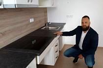 Náměstek primátora Štěpán Matek si prohlédl městský byt, který byl zrekonstruován pro rodinu s handicapovaným členem.