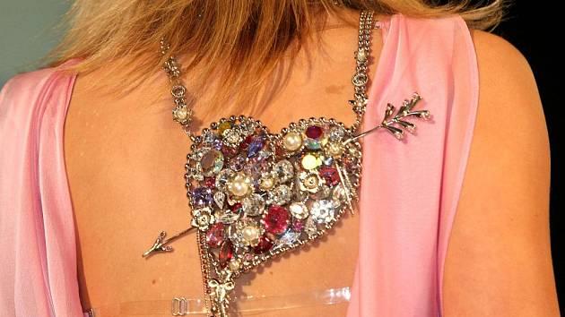 V sále Eurocentra v Jablonci nad Nisou předváděly modelky kolekce šperků z bižuterie vyrobené na Jablonecku.