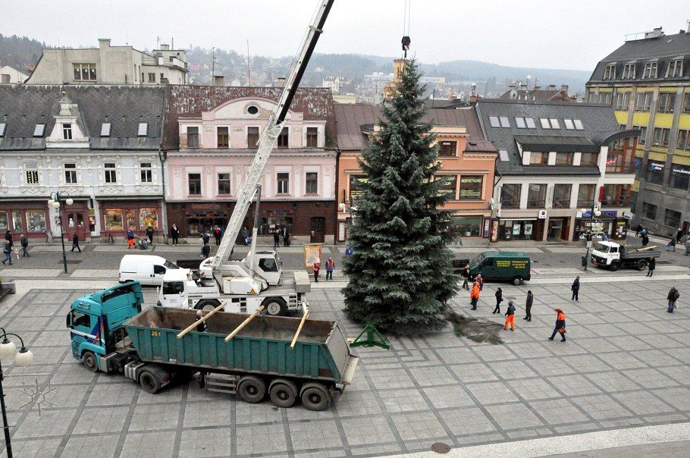 Vánoční strom před jabloneckou radnicí