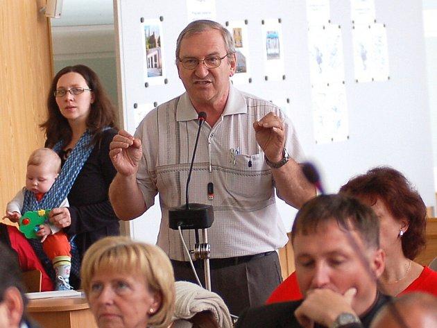 Jednání jabloneckých zastupitelů ve čtvrtek 23. dubna 2009. Zastupitel za KSČM František Pešek, v pozadí zastupitelka Jana Hamplová, jíž doprovází na jednání potomek.