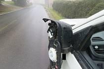 Řidič s vysloveným zákazem řízení neodhadl boční odstup od zaparkovaného vozidla.
