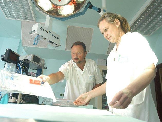 Pupečníkovou krev odebírají zdravotníci po narození dítěte a přestřižení pupeční šňůry punkční jehlou z pupečníku a placenty do vaku s protisrážlivým roztokem.