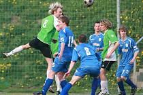 Fotbalisté Dubí (v modrém) doma prohráli s lídrem z Velkých Hamrů 2:3.