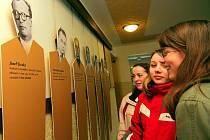 Studenti Obchodní akademie v Tanvaldě připravili v městském kině Jas výstavu Příběhy bezpráví – z vězeňských spisů. Výstava je součástí projektu Jeden svět a potrvá do 18. března. Zájemci nahlédnou do osudů lidí, kteří byli minulým režimem obviněni.