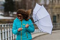 Kvůli následkům silného větru vyhlásili dnes v 09:00 energetici kalamitní stav pro Liberecko, Českolipsko a Semilsko. Bez proudu jsou stovky domácností. ČTK o tom informovala severočeská mluvčí skupiny ČEZ Soňa Holingerová. V Libereckém kraji fouká silný