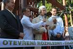 Září 2009. Slavnostní otevření původní dřevěné rozhledny.