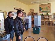 Kontrola Policie České republiky, zda je vše ve volební jablonecké místnosti v Gymnáziu U Balvanu v pořádku.