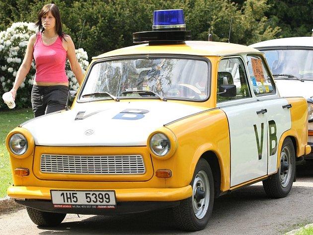 Spanilou jízdou dojely desítky Trabantů na zámek Sychrov, kde jejich majitelé ukončili třetí ročník jarního setkání Trabi 2008.