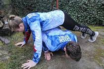 Jeden člověk ze dvojice drží po celou dobu cvičení v kliku, druhý z dvojice ho nejprve podleze. Ten, který drží v kliku se zvedne do té výšky, aby podlézající mohl v klidu podlézt.