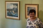 MALOVÁNO JEHLOU je název výstavy gobelínů Gordany Momičové. Foyer jabloneckého divadla jich pokrývá necelá dvacítka. Motivy jsou různé přes zátiší, vzpomínky na jadranské moře, přes antické motivy. Jeden z obrazů představuje prý 76 tisíc stehů! A třeba na