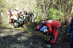 Trasport. Záchrana vodačky na břehu Kamenice v nepřístupném terénu.