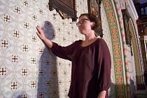 Akademická malířka a restaurátorka Magdalena Rafl Bursová si ještě jednou prohlíží práci svou a jejích kolegů. Lidé kolem kostela by jednou rádi viděli celý  interiér v barvách tak, jak zmizel pod bílou malbou po celém kostele.