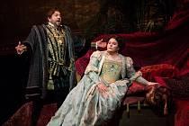 Placido Domingo a Angela Meade jako Don Carlo a Elvira v opeře Giuseppe Verdiho Ernani v podání MET
