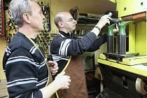 Fotoreportér deníku si tentokrát vyzkoušel práci ševce – opraváře obuvi u žateckého obuvníka Milana Wüsta.