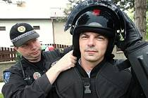 Fotoreportér Deníku si tentokrát vyzkoušel, jaké to je být uvězněn v ochranném krunýři policejních těžkooděnců.