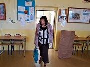 Příprava volební místnosti v Gymnáziu U Balvanu, Jablonec nad Nisou.