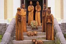 """Betlém v životní velikosti v kostelíku sv. Josefa v Loučné je dílem řezbáře Ivana """"Dědka"""" Šmída. Každý rok přidává jednun figuru. Letos přibyde pes podle předlohy skutečného revítvra Quida."""