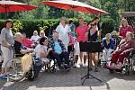 Seniorům v Rokytnici zazpívala Magda Malá.