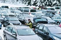 Parkování v Bedřichově bývalo mnohdy dost složité