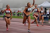 Barbora Hůlková z TJ LIAZ (s číslem 200) patřila k nejlepším závodnicím na MČR. Vybojovala titul ve skoku dalekém a v běhu na 150 m a vytvořila si i osobní rekord.