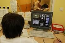 Magnetickou rezonanci již používají například v Masarykově nemocnici v Ústí nad Labem. Celkově jich je po České republice  čtyřicet, ale jsou výrazně asymetricky rozmístěny. Magnetické rezonance vlastní především nemocnice v Praze a v Brně.
