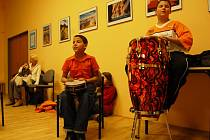 Jako doprovod a zpestření Vánočního setkání národnostních menšin a romských dětí ve Spolkovém domě, bubnovali chlapci na perkusní hudební nástroje. Zatančili si i s děvčaty.