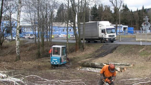 Dělníci postupně kácejí od Kunratic přes Prosečský hřeben k Rýnovicím. Vlastní stavba začne nejdříve za 4 měsíce.