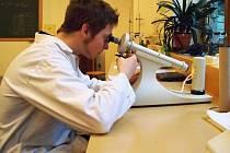 Student Petr Oeser pracuje s polarimetrem