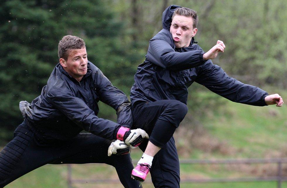 Hráči Baumitu absolvovali v pondělí trénink pod novou trenérskou dvojicí Pavlem Drskem a Romanem Skuhravým. Na snímku brankář Martin Krásný a Ondřej Vaněk (vpravo) při pondělním tréninku.