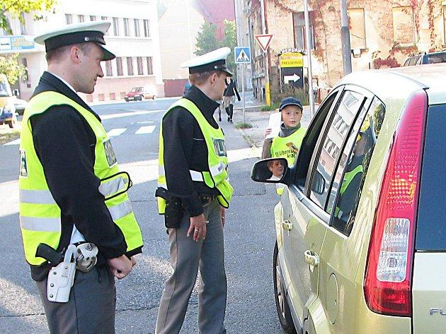 Děti ze ZŠ 5. května kontrolovaly řidiče před školou, zda jezdí opatrně.