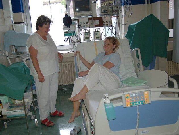 Staniční sestra Petra Marečková názorně ukazuje, jak se pacient může snadněji zvednout z nového polohovacího lůžka.