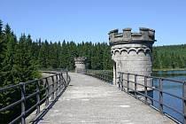 Hráz přehrady na Černé Nise nedaleko Bedřichova