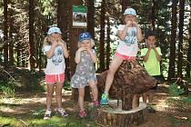 Děti na Mravenčí stezce v Bedřichově. Loní jí prošlo skoro 3 tisíce dětí. 1. července je znovu oficiálně otevřena. Děti si po absolvování stezky mohou vyzvednout dárky.