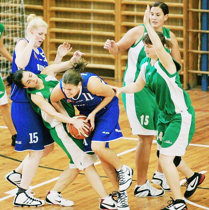 Basketbalistky Bižuterie (v zeleném) doma v neděli nestačily na Plzeň. Prohrály 51:72.