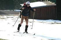 Pro sjezdaře sezona definitivně skončila, běžkařům sníh také mizí před očima. Dá se ale lyžovat v trenýrkách.