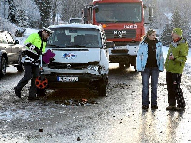 Osobní automobil s mikrobusem se srazily v sobotu 3. ledna na křižovatce v Kořenově.