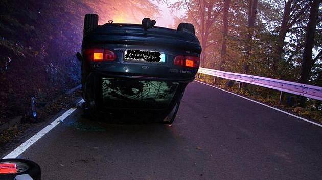 Mladý muž jel s Ford Escort ve směru od Železného Brodu na Koberovy vysokovu rychlostí a nezvládl levotočivou zatáčku. Narazil do svodidel a obrátil auto na střechu.