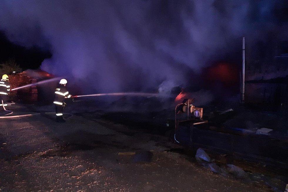 Požár uskladněné štěpky v areálu pily v Horní Branné