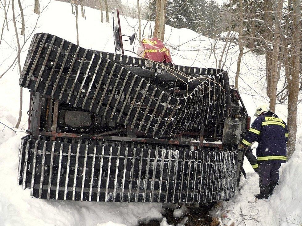 Jedenáct zraněných osob, z toho pět dětí, si vyžádal pád rolby do potoka, ke kterému došlo v sobotu 14. února dopoledne v Rokytnici nad Jizerou.