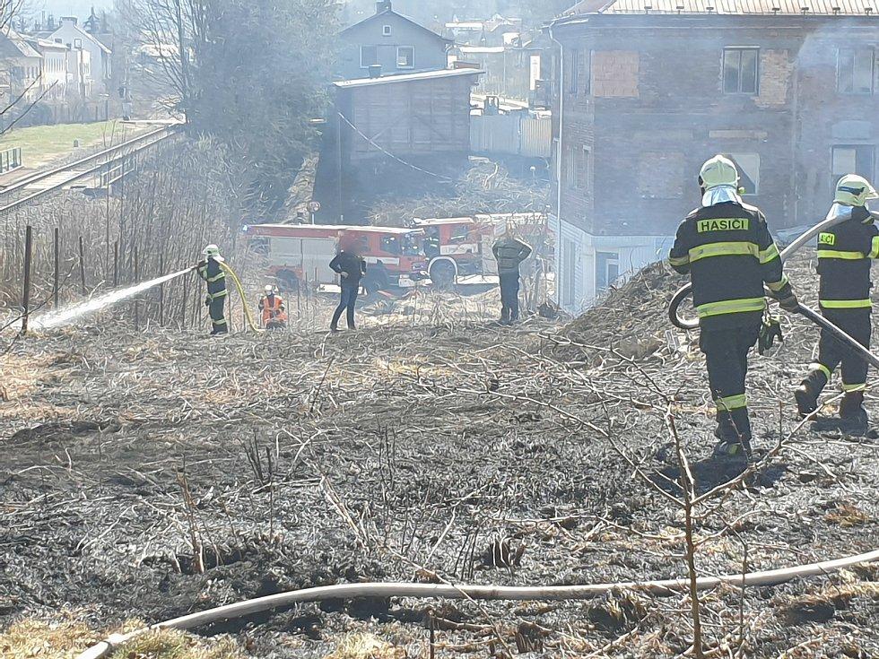 V Podmoklicích zasahovali hasiči. Hořela tam tráva