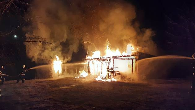 Požár chatky a garáže v Zálesní Lhotě.